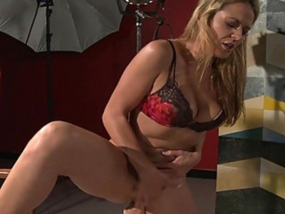 Super hot lesbo pussy licking session is too hot