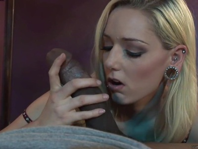 Rylie Richman spreads her lips round this huge dick